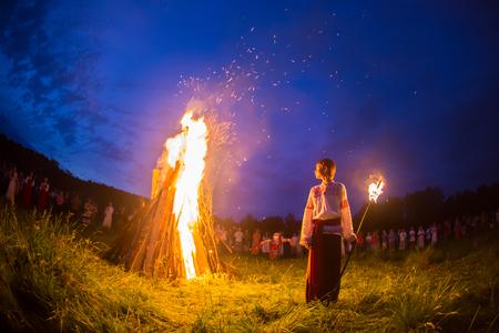 Cosmos Village, Almaty Province, Kazachstan - 16 augustus 2015: Mensen vieren de vakantie en de Russische dans in een cirkel rond het heilige vuur. Het festival van etnische muziek Forey, veel mensen verzamelen zich op deze vakantie om te ontspannen en plezier te hebben. Etnische functie