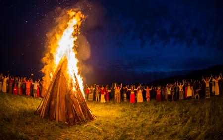 Cosmos Village, Almaty Province, Kazachstan - 16 augustus 2015: De mensen vieren vakantie en Russische dans in een cirkel rond het heilige vuur. Het festival van etnische muziek Forey, een heleboel mensen verzamelt op deze vakantie om te ontspannen en plezier hebben. etnische ope