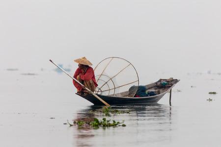 INLE LAKE  MYANMAR-FEBRUARI 2016: Silhuett av fiskare vid solnedgången Inle Lake Burma Myanmar Redaktionell