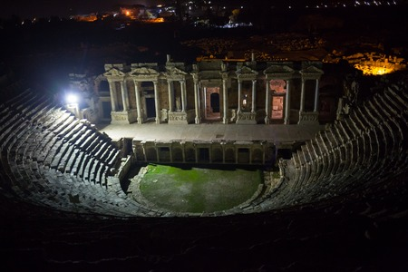 Ruins of theater in night time in ancient Hierapolis, now Pamukkale, Turkey 版權商用圖片 - 96015961