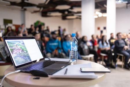 Computer moderno, laptop con schermo vuoto sul tavolo con sfocatura caffè, sfondi ristorante Archivio Fotografico