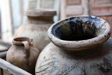 Dos viejos platos de cerámica para agua y aceite hechos de arcilla oscura.