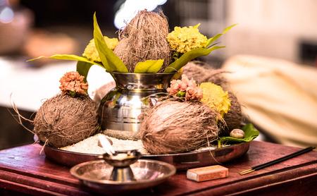 Schönes Foto aus Indien von Pooja Thaali (betendes Tablett), das als Opfergabe an Gott für die traditionelle hinduistische Gebetszeremonie bereitgehalten wurde. Tablett besteht aus Kokosnuss, rostfreier Urne aus Weihwasser, Ringelblume, Reis etc
