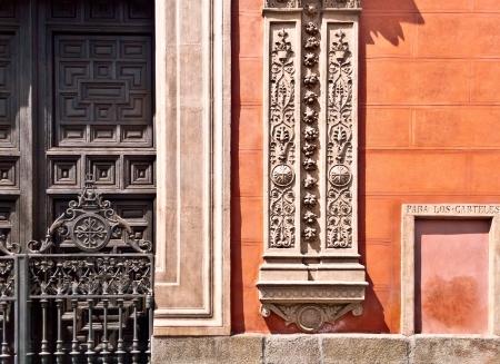 Typisch Spaanse versiering op de muur en deur in Madrid Stockfoto