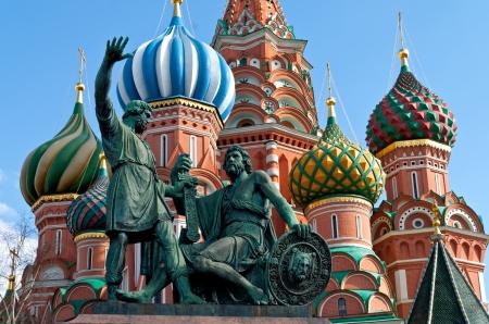 Statue von Kuzma Minin und Dmitri Pozharsky vor der St. Basilius-Kathedrale Die Kathedrale wurde zwischen 1555 und 1561 von den Architekten Barma und Postnik Yakoviev Die Minin und Pojarsky Denkmal gebaut wurde 1818 errichtet Standard-Bild - 19422021