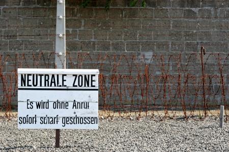 sachsenhausen: Sachsenhausen � stato un campo nazista in Germania Un gioco popolare tra le guardie coinvolte minacciando un prigioniero con la morte se non stare sulla striscia di ghiaia zona di morte all'interno del campo Archivio Fotografico