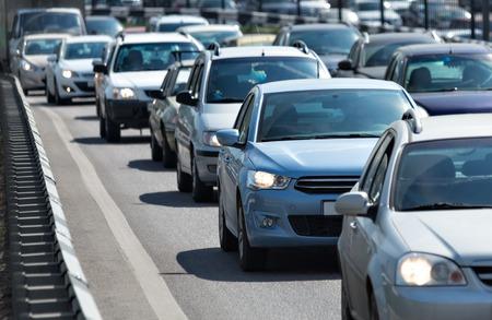 mermelada: Un montón de coches de pie en la cola en la carretera Foto de archivo
