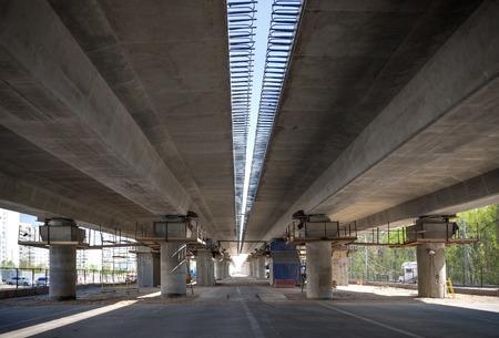 flyover: Onder viaduct bouw view in Moskou, Rusland