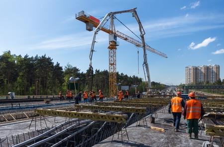 De aanleg van wegen en het betonneren van de bovenbouw van de brug Stockfoto