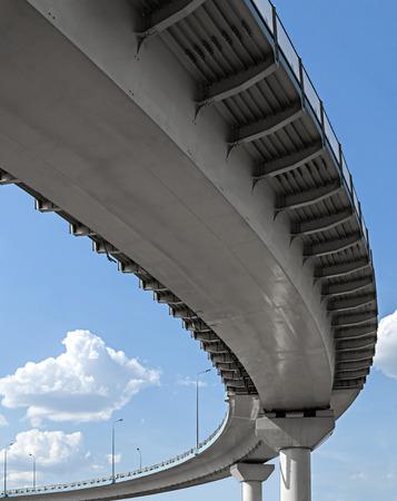 Hoog viaduct op de hemel achtergrond