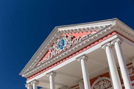 Russian palace: Escudo de armas de la familia ruso Sheremetev en la fachada del palacio de Kuskovo.