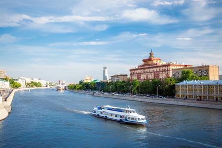 Panoramisch uitzicht op de rivier Moskou met cruise boot in Moskou, Rusland