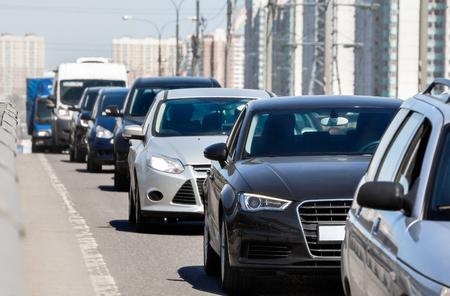 Generieke auto's staan in een wachtrij tijdens file