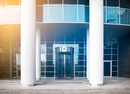 Ingang van een modern zakencentrum met sunflare-effect