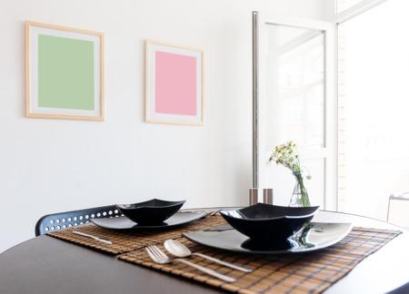insolación: Sirve de mesa delante de la pared blanca
