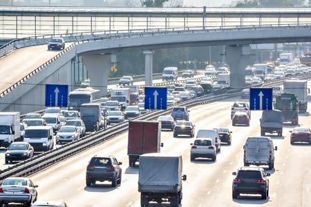 Starker Verkehr auf der Autobahn Standard-Bild - 72662053