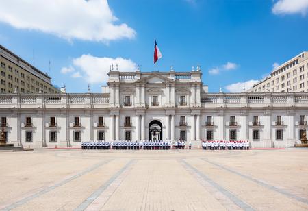 bandera chilena: Una procesión pública frente al Palacio de La Moneda en Santiago de Chile. Foto de archivo