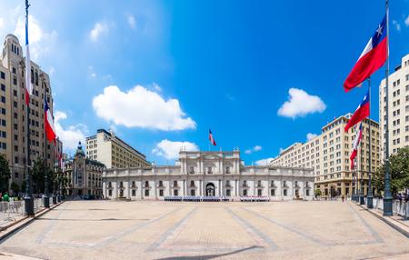 bandera chilena: SANTIAGO, CHILE - 23 de octubre de 2016: Vista panorámica del Palacio de La Moneda. Es la sede del Presidente de la República y tres ministros.