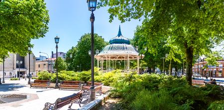 VALDIVIA, CHILE - 30. OKTOBER 2016: Plaza de la Republica in der Mitte von Valdivia. Dies ist der einzige Platz in Chile, der Plaza de la Republica heißt. Standard-Bild - 93913602