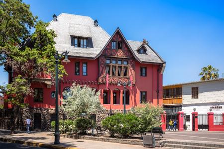 SANTIAGO, CHILE - 11. NOVEMBER 2016: Schloss Lehuede oder rotes Haus, gelegen im modernen Bezirk Bellavista. Dieses eklektische Gebäude wurde 1923 für den Kaufmann Don Pedro Lehuede erbaut. Standard-Bild - 93913913