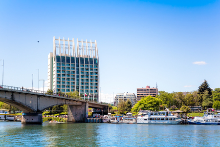 VALDIVIA, CHILE - OCTOBER 30, 2016: View of the Pedro de Valdivia Bridge and Hotel Dreams Pedro de Valdivia. Town is situated on Calle-Calle river. Редакционное