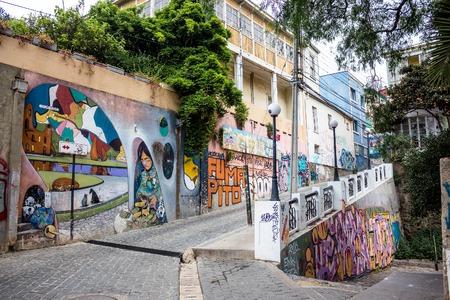 VALPARAISO, CHILE - 27. OKTOBER 2016: Straßenkunstgraffiti in den Bezirken Concepcion und Alegre. Valparaiso ist berühmt für seine Verbindung mit Wandgemälden von Graffiti-Malern von Weltrang. Standard-Bild - 93999210