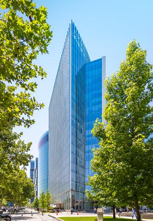 SANTIAGO, CHILE - 11. NOVEMBER 2016: Der Glaswolkenkratzer von Barrio Nueva Las Condes. Dies ist ein neues Handels- und Geschäftszentrum. Standard-Bild - 93913605