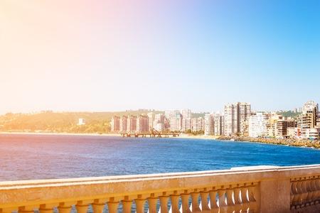 Dijk in Vina del Mar, Chili met gebouwen in de afstand