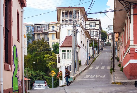 VALPARAISO, CHILE - OCTOBER 27, 2016: View of city center of Valparaiso form hill. Valparaiso is very picturesque city and famous as a UNESCO World Heritage Site. Фото со стока - 93913915