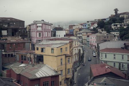 VALPARAISO, CHILI: Straat van Valparaiso tijdens bewolking. Stockfoto