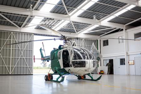 TALCA, CHILI - NOVEMBER 4, 2016: Nieuwe politiehelikopter in de hangaar. Carabiniers van Chili zijn de Chileense nationale politie, die jurisdictie heeft over het grondgebied van Chili. Redactioneel