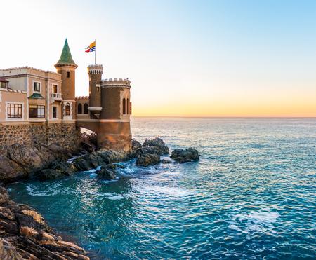 Een historisch kasteel met uitzicht op de zee in Vina del Mar, Chili