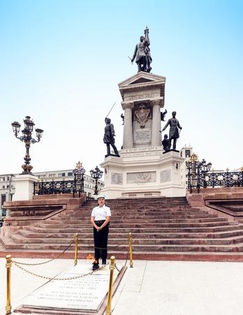 VALPARAISO, CHILE - 27. OKTOBER 2016: Monument zu den Helden von Iquique auf Sotomayor-Quadrat. Die Schlacht von Iquique bestand aus zwei Seekämpfen gegen Peru im Pazifikkrieg. Standard-Bild - 93912844