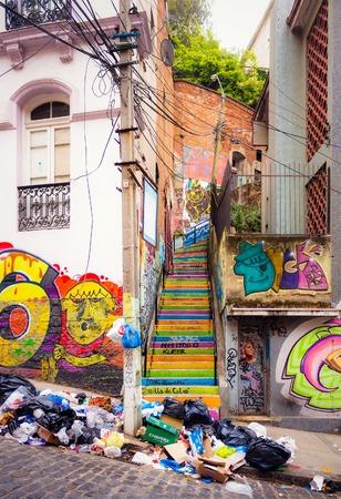 VALPARAISO, CHILI - OKTOBER 27, 2016: Kleurrijke trap en graffiti met heel wat afval op de straat. Valparaiso beroemd als een van de armste en gevaarlijke stad in Chili.