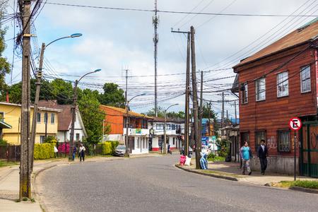 VALDIVIA, CHILI - OKTOBER 29, 2016: Mensen die op de stoep van de lege weg van Pinto-straat van Anibal lopen.