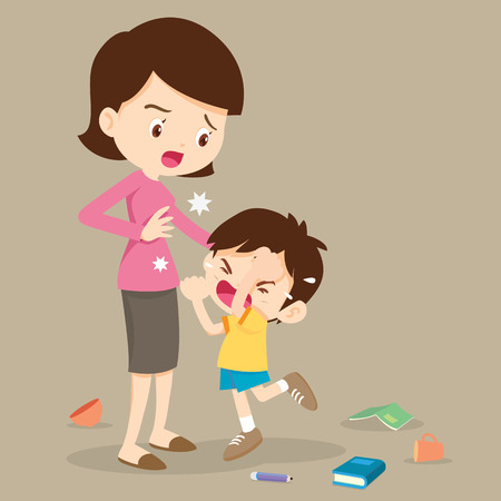 Gniewny chłopiec uderzając go matką. Mały gniewny chłopiec płacze i uderzając mama.
