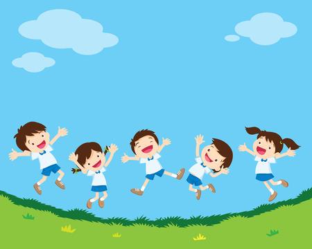 귀여운 학생 소년과 소녀 점프 녹색으로 다양 한 작업 행복. 웃 고 잔디 위로 함께 점프 작은 아이.
