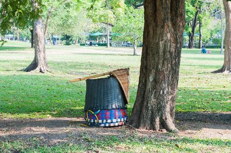 cesto basura: cesta de basura de plástico en el jardín