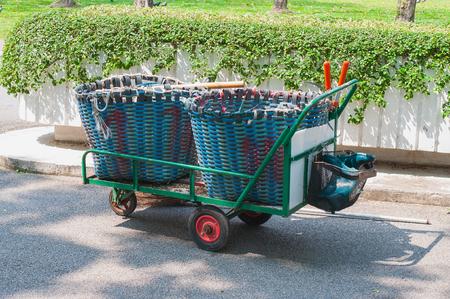 cesto basura: cesta de la basura de plástico en la cesta en el jardín Foto de archivo