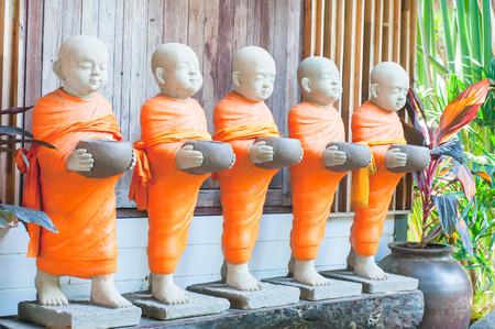 moine: le moine en pierre, Monk statue