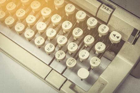 the typewriter: Cierre de la m�quina de escribir todav�a la vida en la tabla Foto de archivo