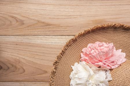 hat on wood background top view, summer tone Zdjęcie Seryjne