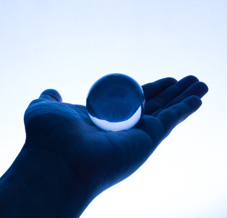 glas bal: Glass Ball on Hand in Tungsten Light Stockfoto