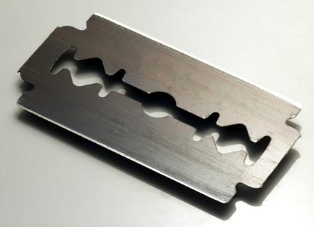 かみそりの刃を剃る