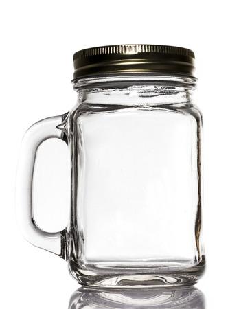 pote: Tarro blanco con tapa de vidrio sobre fondo blanco