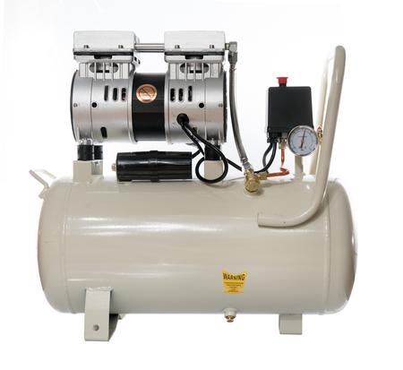 Tipo moderno pompa del compressore d'aria di silenzio bianco su fondo bianco