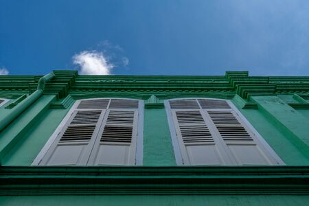 Windows of green townhouse of Little India Singapore Banque d'images