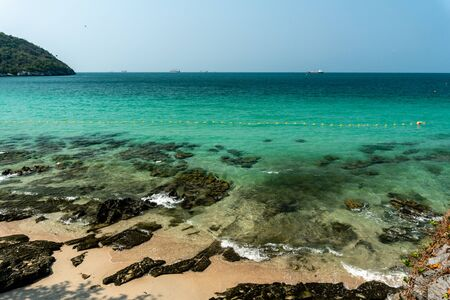 Beautiful sea water on clear blue day of Tham Phang beach, Ko Sichang, Chon Buri, Thailand Banque d'images