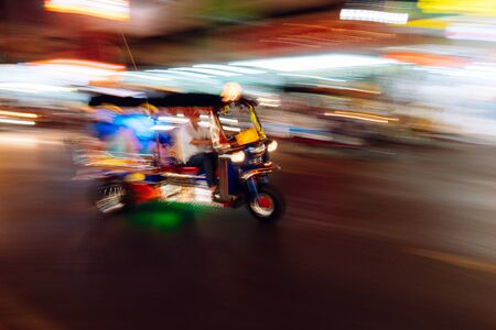 The tuk-tuk is passing by at a blurred speed, blurred images taking pictures with slow shutter speeds and panning Banque d'images