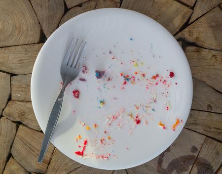 먹고 난 후에 비어있는 더러운 접시